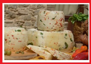 """PARMIGIANO REGGIANO PDOCacio Ghiotto Cacio ghiotto ist ein kompakter Weichkäse, angereichert mit Rucola, rotem Chili, grünen Oliven und Kapern. Grana Padano ist ein köstlicher Käse, der ein Symbol für """"Made in Italy"""" gastronomische Exzellenz auf der ganzen Welt ist. Hergestellt aus fettarmer Kuhmilch, ist es ein harter Halbfettkäse, feinkörnig, weiß oder strohgelb, in einer harten, dunkelgelben Rinde eingeschlossen, die glatt und dick ist. Es hat ein duftendes Aroma und einen unverwechselbaren und anhaltenden Geschmack. Sie ist durchschnittlich 16 Monate alt."""